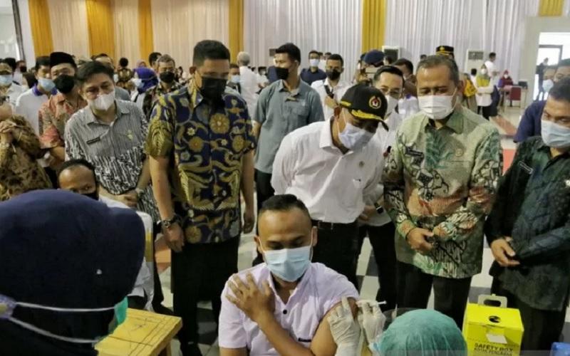 Menko PMK Muhajir Effendi menyaksikan pelaksanaan vaksinasi Covid-19 oleh kaum buruh di Aulia Pekan Raya Sumatra Utara, Medan, Sabtu (1/5/2021). - Antara\r\n