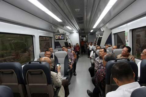 Penumpang Kereta Api tujuan Bandara Internasional Kualanamu, Deli Serdang - Medan, Sumut, Kamis (8/5), berada di dalam gerbong penumpang. Kereta bandara pertama di Indonesia tersebut melayani perjalanan Medan-Kualanamu dengan 40 jadwal pergi-pulang setiap harinya.  - antara