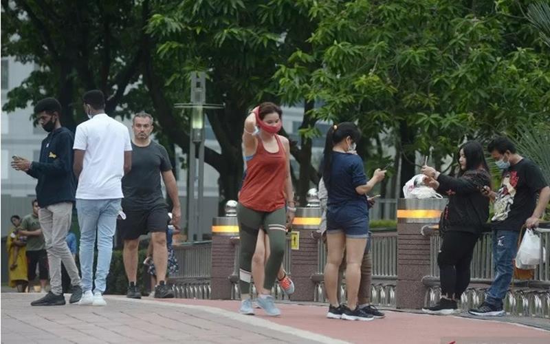 Sejumlah warga berolah raga di taman kawasan Menara Berkembar Petronas (KLCC) di Kuala Lumpur, Malaysia, Senin (7/9/2020).  - Antara