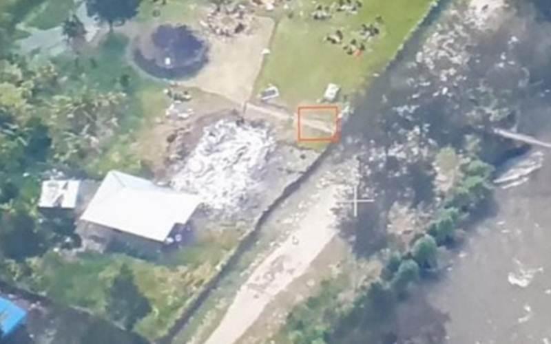 Gedung sekolah, rumah guru dan gedung lama puskesmas Mayuberi, di Distrik Ilaga Utara, Kabupaten Puncak, Provinsi Papua, tinggal menyisakan puing setelah dibakar hingga rata dengan tanah oleh KKB pada Minggu (2/5/2021)./Antara/HO - Humas Polda Papua