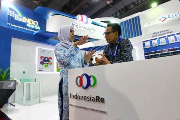 Petugas memberikan penjelasan kepada pengunjung di stan PT Reasuransi Indonesia Utama pada ajang Indonesia Business and Development Expo (IBDexpo) 2017 di Jakarta, Kamis (21/9). - JIBI/Dwi Prasetya