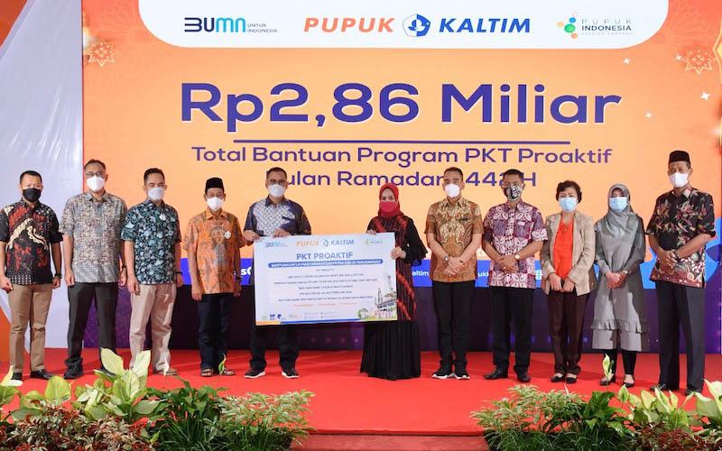 Direktur Utama Pupuk Kaltim Rahmad Pribadi (lima kiri) memberikan secara simbolis Program Pro Aktif yang diterima oleh Wakil Wali Kota Bontang Najirah (enam kanan) pada Sabtu (2/5). - JIBI/Istimewa