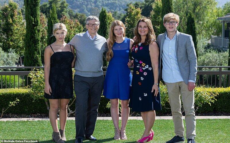 Bill (kedua dari kiri) dan Melinda Gates (kedua dari kanan) bersama anak-anaknya -  Facebook Melinda