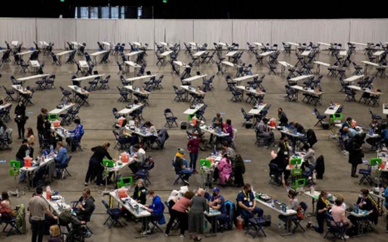 Warga menerima vaksin Covid-19 di lokasi vaksinasi massal di Lumen Field Event Center di Seattle, Washington, Amerika Serikat, Sabtu (13/3/2021)./Antara - Reuters/Lindsey Wasson\r\n
