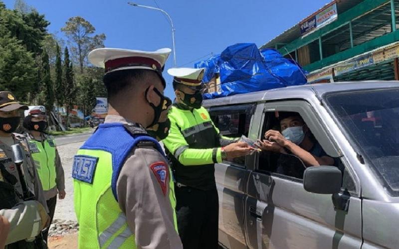 Polisi memeriksa pengendara plat luar provinsi yang memasuki perbatasan Karanganyar, Jateng dan Magetan, Jatim di Cemara Kandang Kamis (22/4/2021). JIBI - Solopos/Candra Putra Mantovani