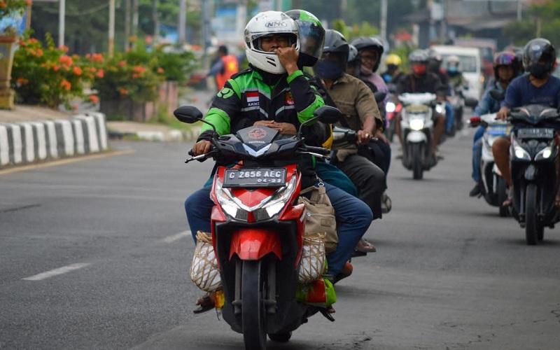 Sejumlah pemudik terlihat di Jalan Brigjen Dharsono, Kecamatan Kedawung, Kabupaten Cirebon