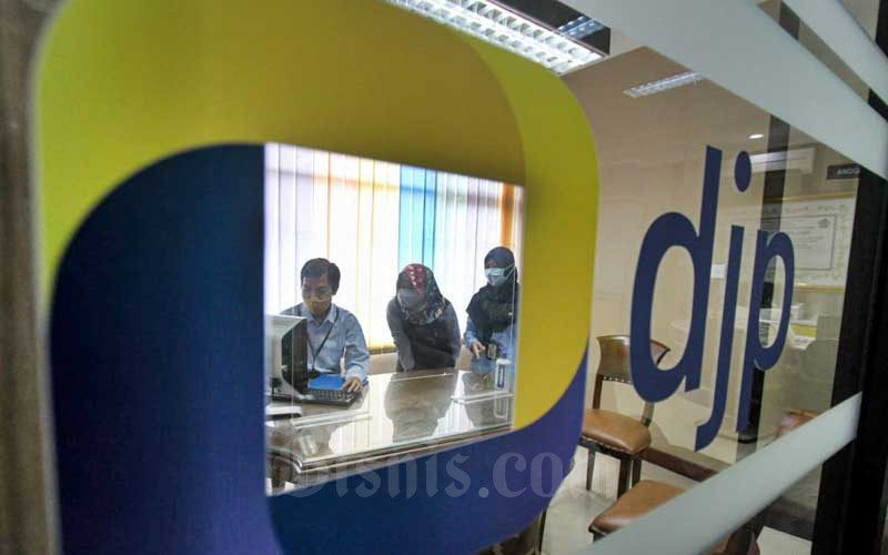 Petugas melayani pengunjung di Kantor Pelayanan Pajak Pratama Jakarta Sawah Besar Satu, Jakarta, Rabu (31/3/2021). Bisnis - Arief Hermawan P
