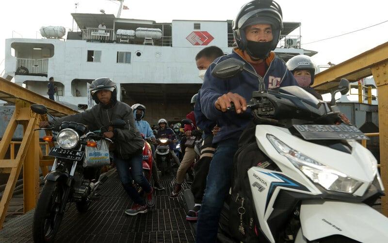 Pemudik pengguna sepeda motor turun dari kapal di Pelabuhan Ketapang, Banyuwangi, Jawa Timur, Selasa (4/5/2021). H-2 jelang masa larangan mudik pada 6-17 Mei 2021, arus kendaraan di pelabuhan tersebut pada malam hingga pagi hari terpantau ramai pemudik dari Bali menuju Pulau Jawa yang didominasi kendaraan roda dua. - Antara/Budi Candra Setya.