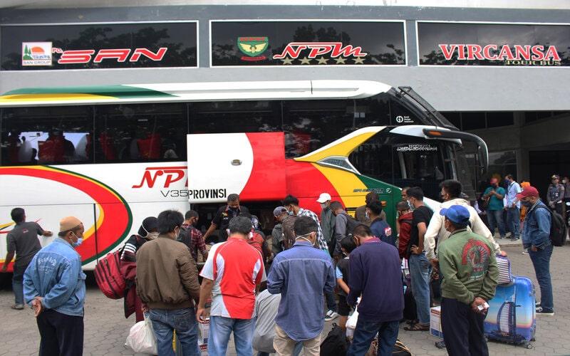 Suasana angkutan penumpang bus Antar Kota Antar Provinsi (AKAP) tujuan Padang - Jakarta di PO PT Naikilah Perusahaan Minang (NPM) di Kota Padang, Sumatra Barat, Selasa (4/5/2021). - Bisnis/Noli Hendra.