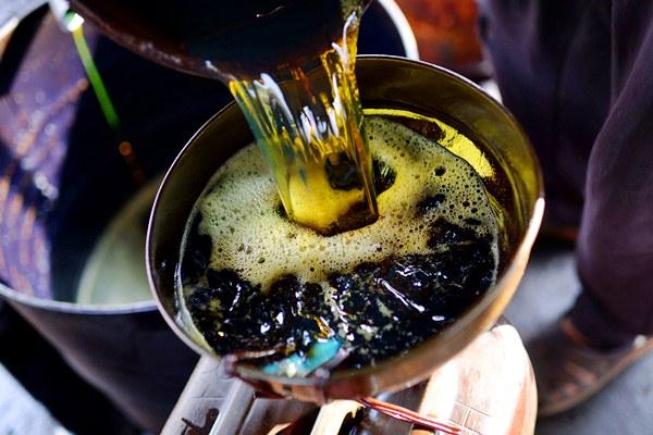 Minyak hasil penambangan tradisional, di Desa Wonocolo, Bojonegoro, Jatim. - Bloomberg/Dimas Ardian