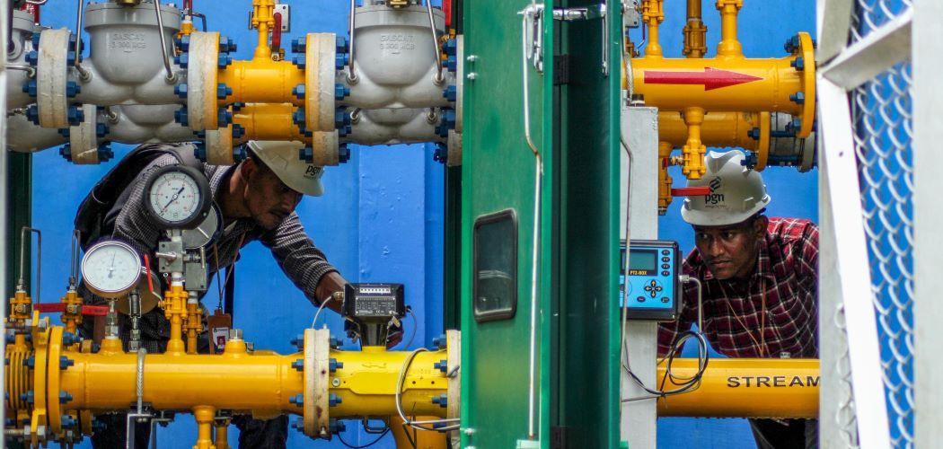 Pekerja PT Perusahaan Gas Negara Tbk. (PGN) melakukan perawatan regulator jaringan gas rumah tangga (jargas) di Krueng Geukuh, Kecamatan Dewantara, Aceh Utara, Aceh, Selasa (2/6/2020). - ANTARA FOTO/Rahmad