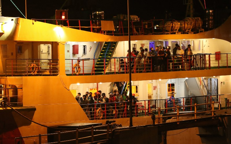 Pemudik berada di atas kapal terlihat dari Pelabuhan Ketapang Banyuwangi, Jawa Timur, Selasa (5/5/2020). Penyeberangan di Pelabuhan Ketapang-Gilimanuk sempat dilakukan pembatasan larangan mudik guna mencegah penyebaran COVID-19, tapi sejumlah pemudik tujuan pulau Jawa pada Selasa (5/5) malam masih berdatangan, sementara dari Pelabuhan Ketapang menuju Bali hanya angkutan logistik saja. - ANTARA FOTO/Budi Candra Setya