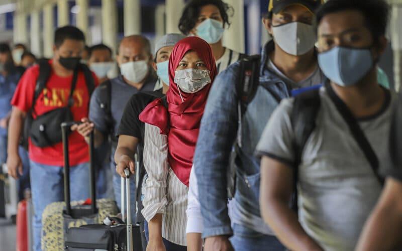 Sejumlah Pekerja Migran Indonesia (PMI) antre untuk melakukan pengecekan dokumen perjalanan di Pelabuhan Internasional Batam Centre, Batam, Kepulauan Riau, Kamis (29/4/2021). - Antara/Teguh Prihatna.