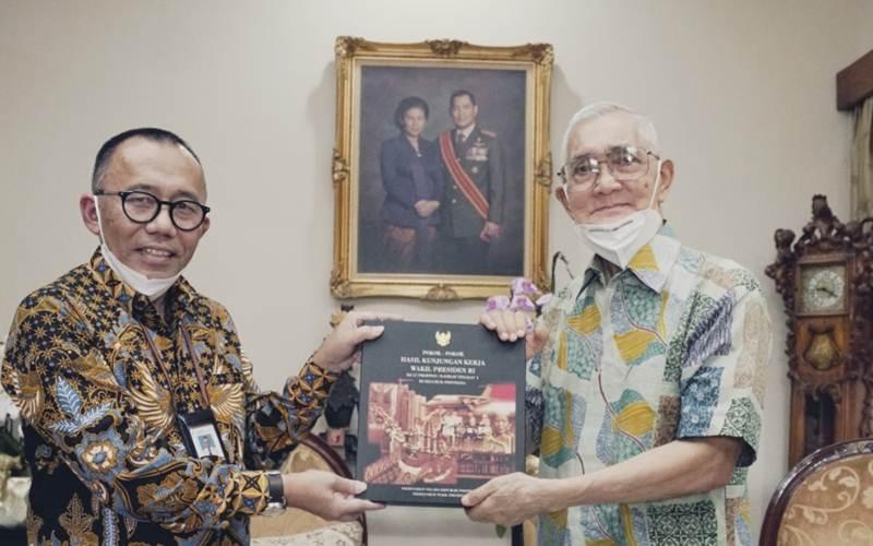Wakil Presiden ke-6 RI periode 1993-1998 Try Sutrisno (kanan) saat penyerahan koleksi pribadinya untuk Museum Kepresidenan Balai Kirti. - Istimewa/Dirjen Kebudayaan