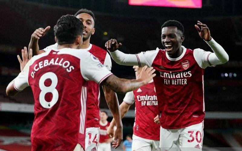 Tiga pemain andalan Arsenal, Edward Nketiah (kanan), Dani Ceballos (kiri), dan kapten tim Pierre-Emerick Aubameyang./Antara - Reuters