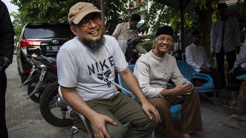Penyidik KPK Novel Baswedan (kiri) menyapa awak media usai rekonstruksi kasus penyiraman air keras terhadap dirinya di Jalan Deposito, Kelapa Gading, Jakarta, Jumat (7/2/2020). -  ANTARA / Dhemas Reviyanto