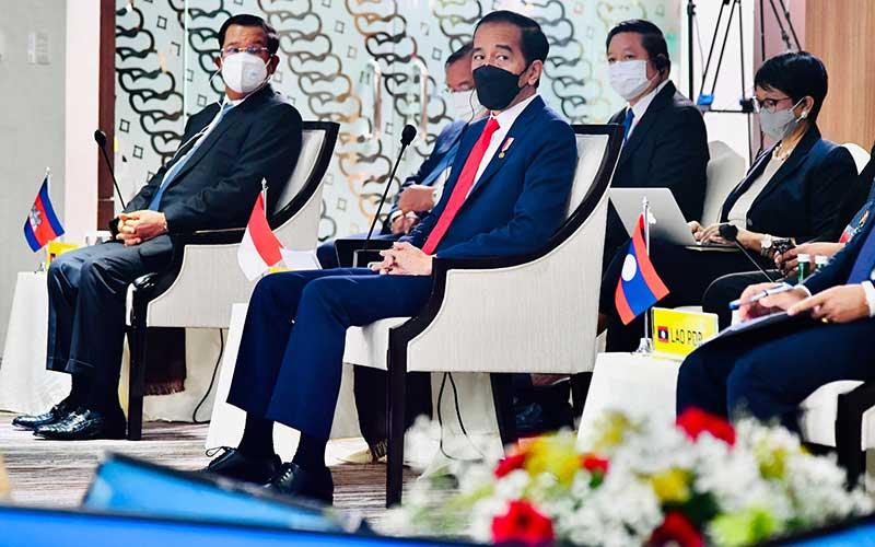 Presiden Joko Widodo (tengah) didamping Menteri Luar Negeri Retno Marsudi (kanan) bersama Menteri Luar Negeri Filipina Teodoro Locsin Jr (kiri) mengikuti Konferensi Tingkat Tinggi (KTT) ASEAN 2021 di Sekretariat ASEAN, Jakarta, Sabtu (24/4/2021). ANTARA FOTO - Biro Pers/Laily Rachev