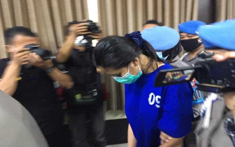 Nani Aprilliani Nurjaman, pengirim sate beracun yang menewaskan Naba Faiz Prasetya, 9, saat dihadirkan di hadapan awak media di Mapolres Bantul, Senin (3/5/2021). - Harian Jogja - Jumali