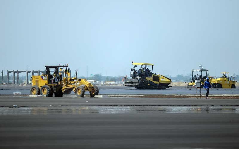 Pekerja mengoperasikan alat berat untuk menyelesaikan proyek Pelabuhan Patimban, Kabupaten Subang, Jawa Barat, Rabu (18/11/2020). - ANTARA FOTO/Raisan Al Farisi