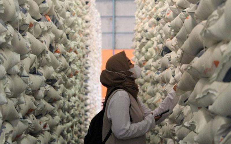 Stok beras di gudang Bulog Lampung./Antara - Ruth Intan Sozometa Kanafi