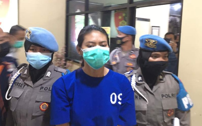 Na, pengirim sate beracun yang menewaskan Naba Faiz Prasetya, 9, saat dihadirkan di hadapan awak media di Mapolres Bantul, Senin (3/5/2021). - Harian Jogja - Jumali