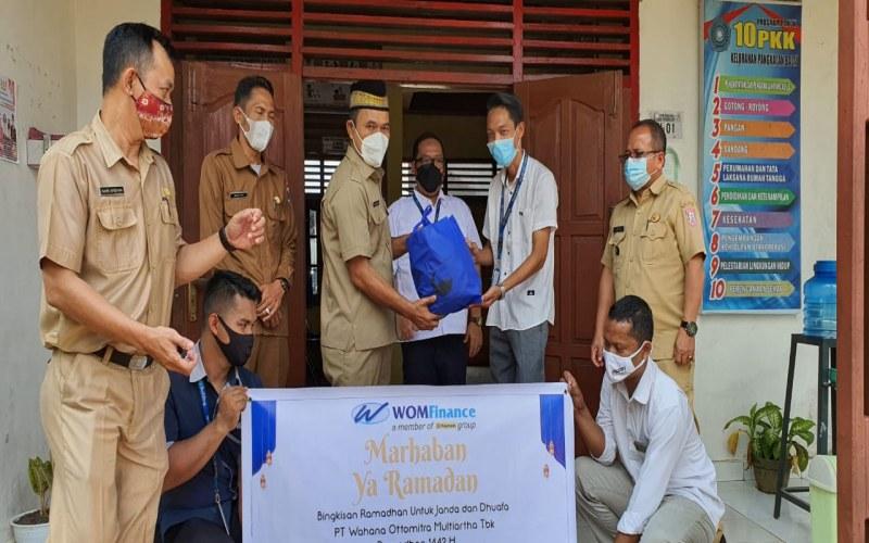 Penyerahan bantuan CSR WOM Finance untuk kalangan duafa di Betung, Kabupaten Banyuasin, Sumsel.  - Istimewa