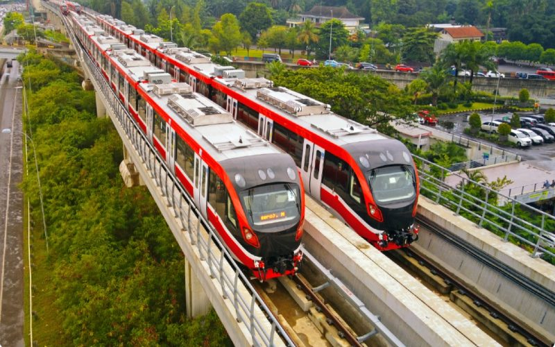 Sebanyak 19 trainset dari total 31 trainset LRT Jabodebek telah dikirim ke Jakarta melalui stasiun Harjamukti (20/1/2021).  - INKA