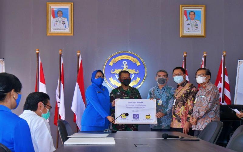 Penyerahan bantuan ke perwakilan TNI AL.