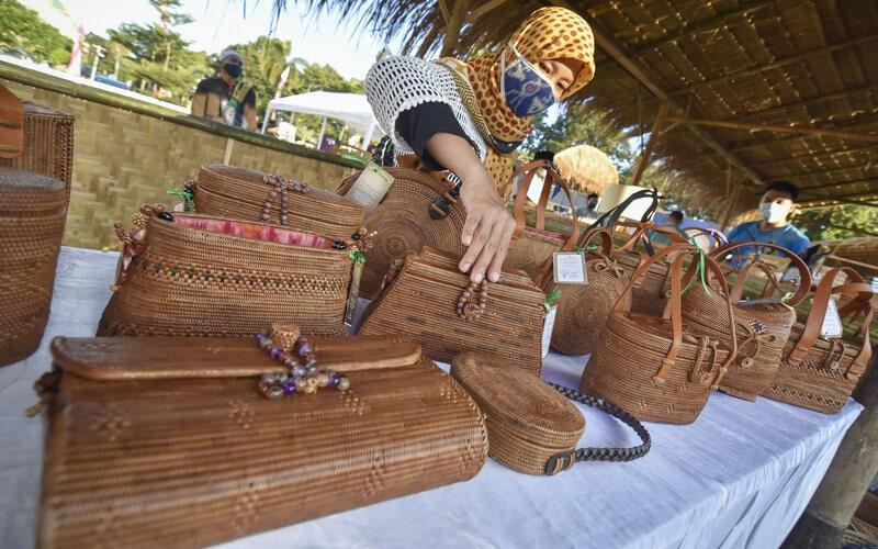 Pedagang memajang tas yang terbuat dari anyaman