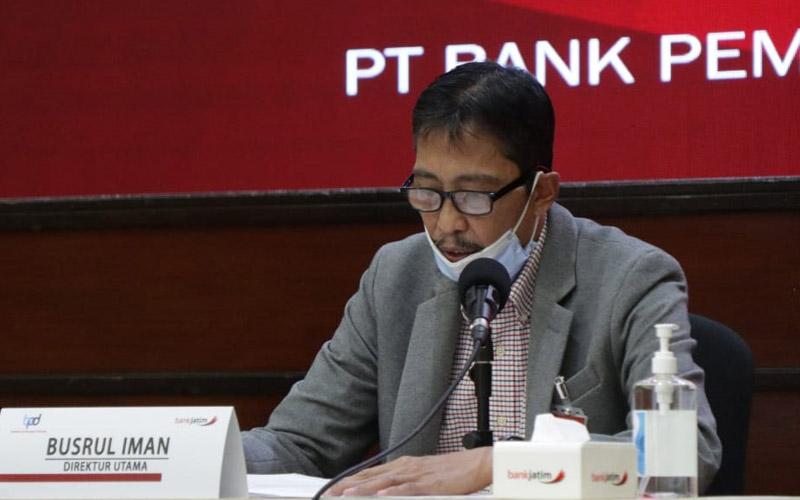 Busrul Iman, Direktur Utama Bank Jatim saat memberikan penjelasan dalam konferensi pers Kamis (22/10/2020). - Bisnis/Peni Widarti