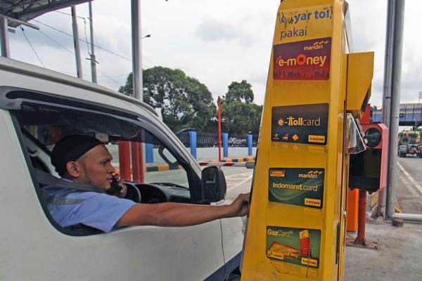 Pengemudi membayar menggunakan kartu elektronik non-tunai ketika akan keluar dari jaln tol Belmera Amplas Medan, Sumatra Utara, Rabu (13/9). - ANTARA/Septianda Perdana