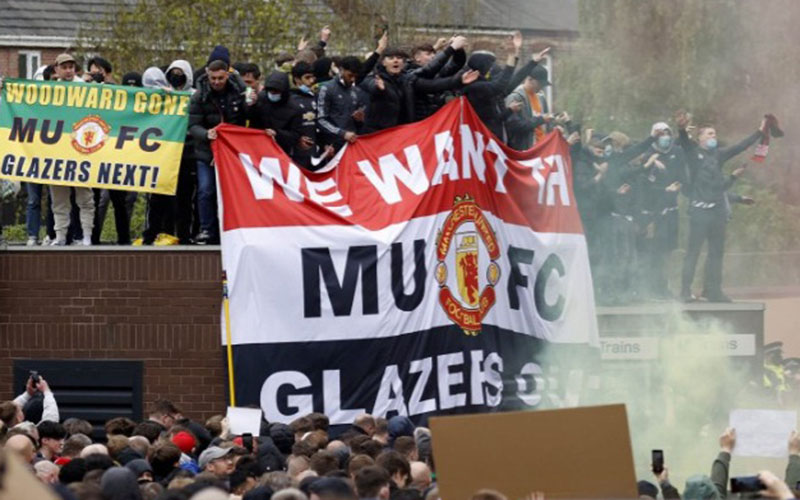 Pendukung Manchester United melakukan aksi menentang pemilik klub keluarga Glazers di Manchester, Inggris, Minggu (2/5/2021). Mereka menuntut pemilik klub untuk mundur./Antara - Reuters