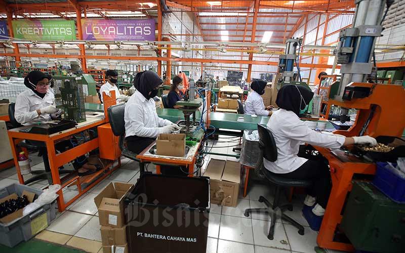 Pekerja menyelesaikan pembuatan perangkat alat elektronik rumah tangga di Kabupaten Bogor, Jawa Barat, Rabu (19/8/2020). Bisnis - Abdullah Azzam