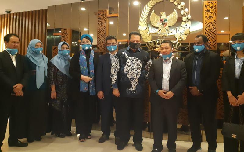 nJajaran pengurus Partai Gelora dipimpin Ketua Umum Anis Matta (tengah) dan Sekjen Mahfuz Sidik (paling kiri) bertemu dengan Ketua MPR Bambang Soesatyo di Gedung Parlemen, Kamis (23/7). JIBI - Bisnis/John Andi Oktaveri \n