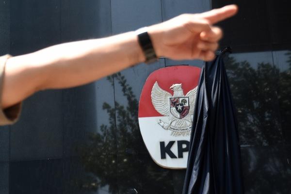 Selembar kain hitam menutupi logo Komisi Pemberantasan Korupsi (KPK) tersibak saat berlangsungnya aksi dukungan untuk komisi tersebut di Gedung Merah Putih KPK, Jakarta, Selasa (10/9/2019). - ANTARA FOTO/Indrianto Eko Suwarso