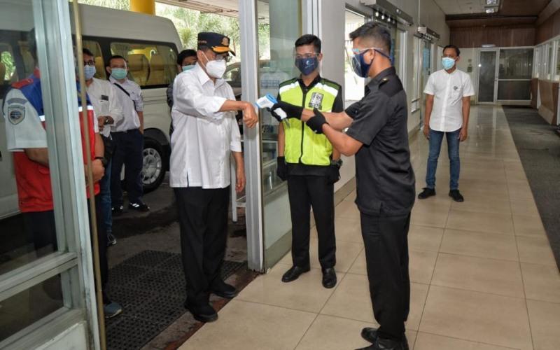 Menteri Perhubungan Budi Karya Sumadi diperiksa suhu tubuh saat melakukan kunjungan kerja ke Stasiun KA Medan. - Kemenhub