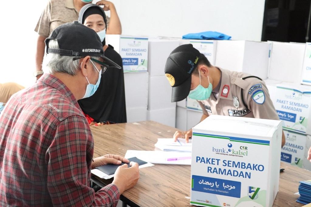 Foto: Bank Kalsel Serentak Berikan Paket Ramadan
