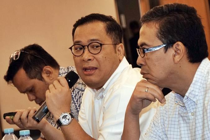 Staf Khusus Presiden bidang Ekonomi Arif Budimanta Arif Budimanta (tengah) - Bisnis/Himawan L Nugraha