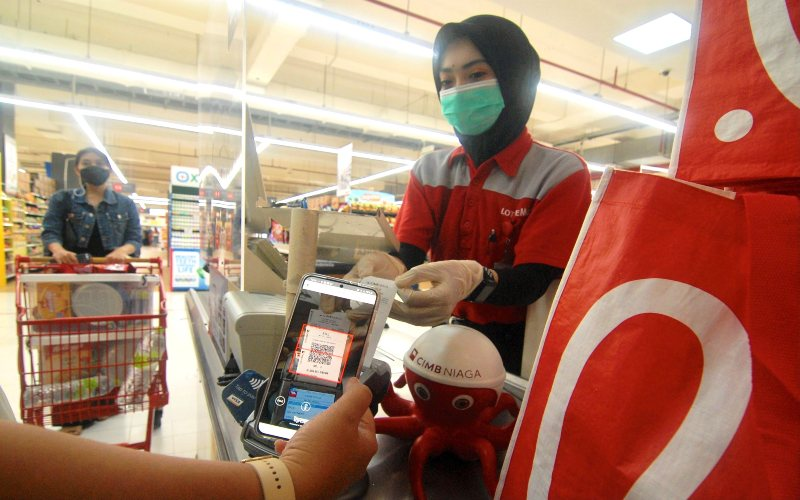 Nasabah sedang melakukan transaksi pembayaran menggunakan Scan QRIS OCTO Mobile di LOTTE Mart Bintaro Jaya, Rabu (5/5/2021).  -  Dok. CIMB Niaga