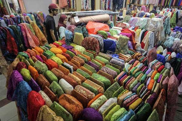 Calon pembeli memilih bahan kain di Pusat Grosir Tanah Abang, Jakarta, Jumat (14/9/2018). - Antara/Muhammad Adimaja