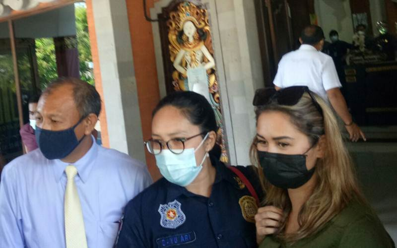 Warga Negara Rusia Leia Se, 25, (kanan) saat akan dideportasi setelah melakukan prank lukis masker pada wajahnya. - Bisnis/Luh Putu Sugiari