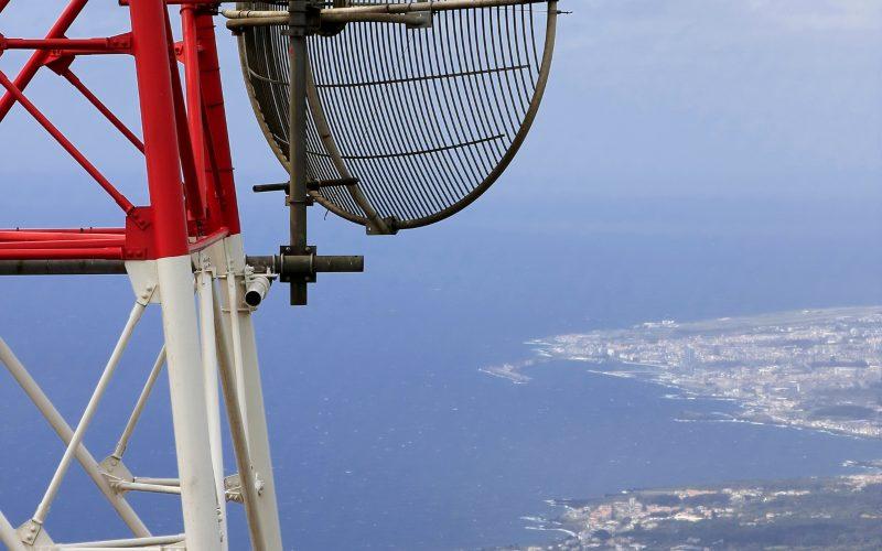Pemandangan daratan dan lautan dari atas menara telekomunikasi yang dimiliki oleh PT Solusi Tunas Pramata Tbk. Sektor telekomunikasi yang moncer selama pandemi covid-19 membuat perusahaan yakin target pendapatan hingga akhir tahun bisa tumbuh 9-10 persen. - stptower.com