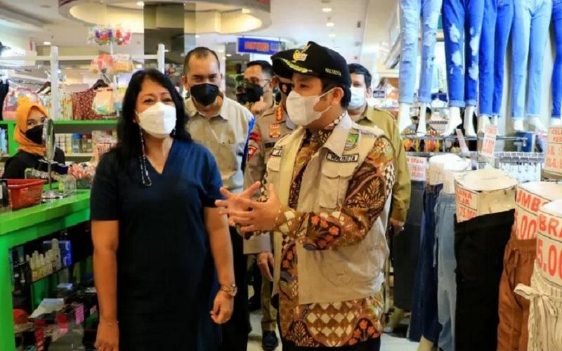 Wali Kota Tangerang Arief sidak protokol kesehatan di pusat belanja Tangcity, karena ada kerumunan pengunjung sebelumnya. - Antara\r\n