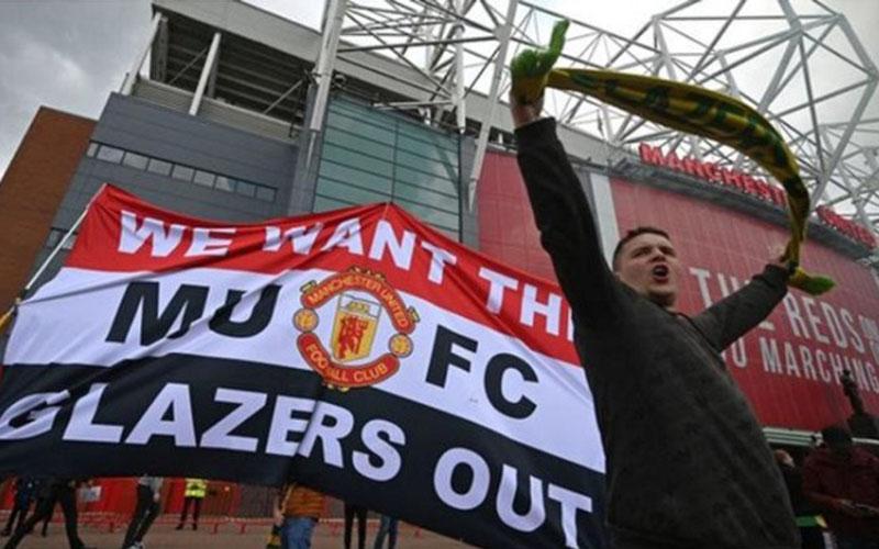 Protes fans Manchester United meminta keluarga Glazer melepas saham di klub Liga Primer Inggris tersebut. - BBC