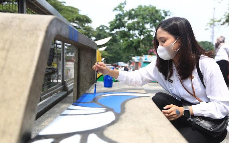 Pelukisan mural di area Teras Cihampelas Kota Bandung