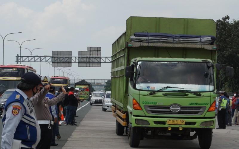 Kendaraan di atas sumbu tiga atau truk diminta keluar dari tol Cipali untuk mengantisipasi lonjakan arus balik libur panjang, Minggu (4/4 - 2021). Bisnis/Kim Baihaqi