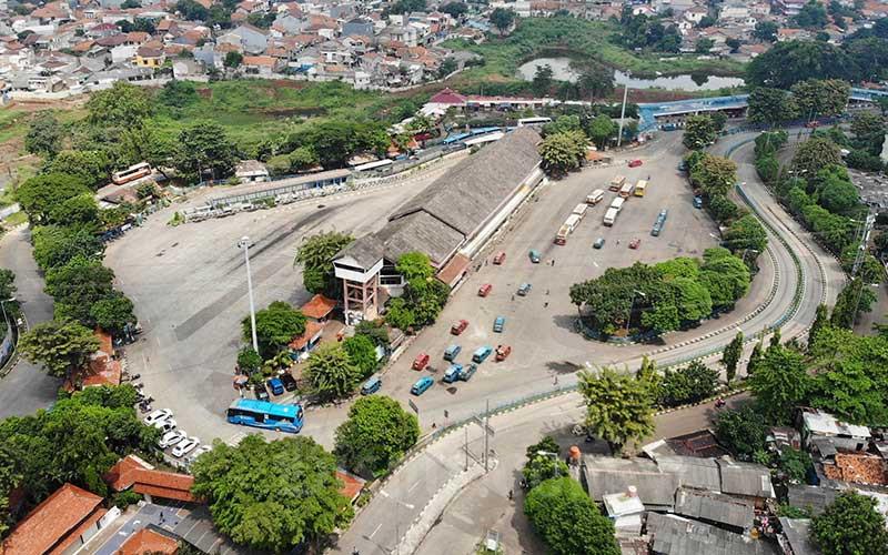 Foto aerial terminal bus Kampung Rambutan yang sepi di Jakarta, Selasa (14/4/2020). Bisnis - Himawan L Nugraha