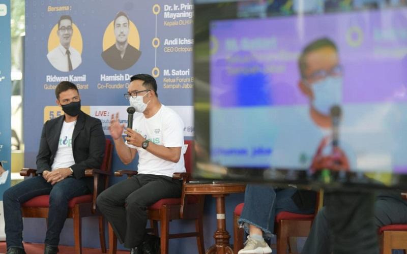 Gubernur Jabar Ridwan Kamil (kanan) bersama Co/Founder Octopus Hamish Daud