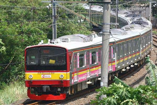 Rangkaian KRL Commuter Line melintas di kawasan Bintaro, Tangerang Selatan, Banten.  - Antara/Muhammad Iqbal