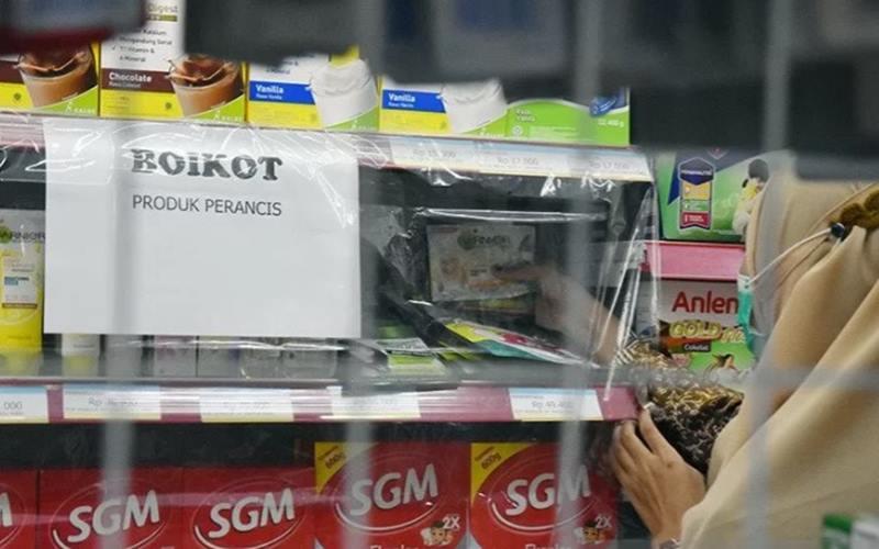 Seorang pegawai 212 Mart memboikot menjual produk perusahaan Prancis dengan memasang tanda khusus dan menutup rak dengan plastik agar tidak dibeli konsumen, di Kota Pekanbaru, Riau, Kamis (5/11/2020). - Antara\r\n\r\n